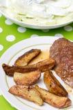 Гамбургер с картошками и салатом огурца Стоковое Изображение