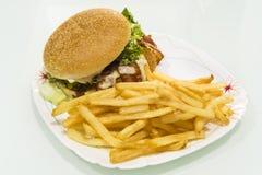Гамбургер с картошками на плите Стоковое Изображение