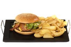 Гамбургер с картошками на плите Стоковая Фотография