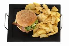 Гамбургер с картошками на плите Стоковые Фотографии RF
