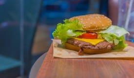 Гамбургер с свежими овощами на таблице Стоковое Изображение