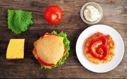 Гамбургер с свежими овощами, сыром и мясом Стоковые Изображения