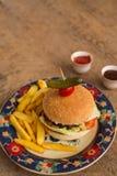 Гамбургер с французом жарит в плите с орнаментами Стоковое Фото