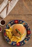 Гамбургер с французом жарит в плите с орнаментами Стоковые Изображения