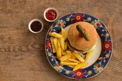 Гамбургер с французом жарит в плите с орнаментами Стоковое Изображение
