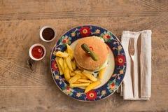 Гамбургер с французом жарит в плите с орнаментами Стоковая Фотография RF