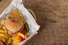 Гамбургер с фраями француза в деревянном подносе Стоковое Изображение RF