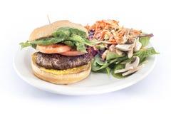 гамбургер томата салата с бортовым салатом Стоковое Изображение RF