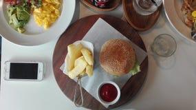 Гамбургер француз жарит на таблице Стоковые Изображения RF