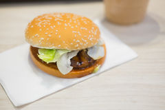 Гамбургер Bbq с овощами Стоковая Фотография RF