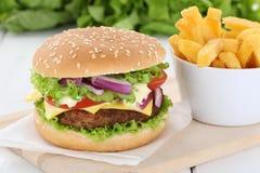 Гамбургер Cheeseburger с фраями Стоковое Изображение RF