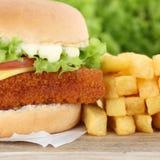 Гамбургер fishburger бургера рыб с концом крупного плана фраев вверх Стоковое Изображение RF
