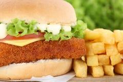 Гамбургер fishburger бургера рыб с крупным планом фраев Стоковое Изображение