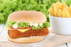 Гамбургер fishburger бургера рыб с фраями Стоковые Фото