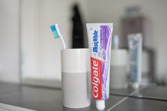 Гамбург, Германия 01 19 иллюстративная передовица 2018 зубной пасты MaxWhite кристаллов блеска Colgate Стоковое Изображение RF
