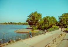 ГАМБУРГ, ГЕРМАНИЯ - 8-ОЕ ИЮНЯ 2015: Тротуар вокруг внутреннего озера Гамбурга, людей наслаждается днем и ослабляется время Стоковые Фото