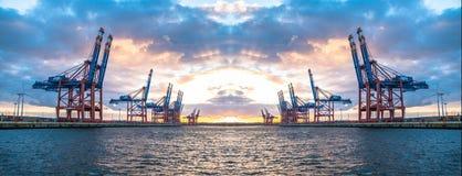 Гамбург, Германия - 12-ое июля 2017: Краны на козлах контейнера терминального Eurogate получая готовы для разгржать грузят внутри стоковое фото