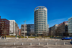 ГАМБУРГ, ГЕРМАНИЯ - 26-ОЕ МАРТА 2016: Туристы наслаждаются современной архитектурой на новом городе гавани Стоковые Фото