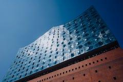 Гамбург, Германия - 11-ое мая 2018: Здание Elbphilharmonie в HamburgCity с туристскими людьми, Гамбургом, Германией Стоковое Изображение