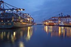 Гамбург - глубоководный порт Гамбург-Waltershof в вечере Стоковые Фотографии RF