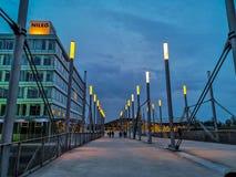 Ганновер, Германия - апрель 2019: Восточный вход к площади экспо на ярмарочной площади Ганновер Messe во время голубого часа стоковая фотография