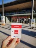 Ганновер, Германия - апрель 2019: Кавказская рука держа бумажный входной билет к Ганновер Messe стоковые изображения