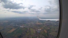 Ганновер, Германия - 16-ое июня 2018: Взлет самолета от авиапорта Ганновера HAJ, взгляда от окна пассажира сток-видео