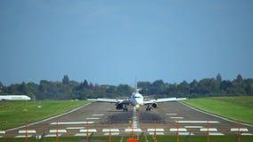 Ганновер, Германия - 1-ое октября 2017: Пассажирский самолет приземляется на авиапорт Ганновера сток-видео