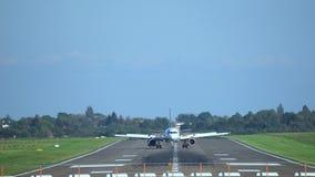 Ганновер, Германия - 1-ое октября 2017: Пассажирский самолет приземляется на авиапорт Ганновера акции видеоматериалы