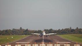 Ганновер, Германия - 1-ое октября 2017: Пассажирский самолет приземляется на авиапорт Ганновера видеоматериал