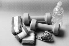 Гантели, бутылка с водой, диапазоны руки и лента измерения Стоковое Фото