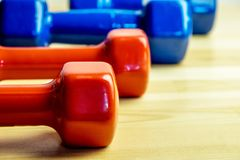 Гантели в ряд красных и голубых, различных гантелей для спорта дома, здоровый образ жизни Стоковые Изображения