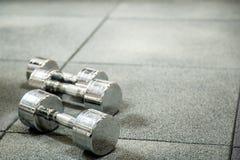 Гантели в современном спортклубе Тренажер веса Стоковое Фото