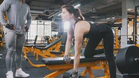 Гантели в спортзале - близкое поднимающее вверх спортсмена женщины поднимаясь Стоковые Изображения RF