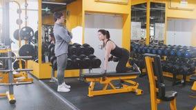 Гантели в спортзале - близкое поднимающее вверх спортсмена женщины поднимаясь Стоковое фото RF