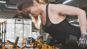 Гантели в спортзале - близкое поднимающее вверх спортсмена женщины поднимаясь Стоковые Изображения