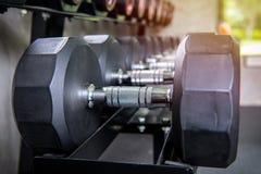 гантели в спортзале на спортклубе для тренировки и Bodybuildin Стоковые Изображения RF
