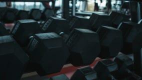 Гантели в спортзале сток-видео