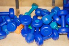 Гантели голубые для фитнеса Стоковые Фотографии RF