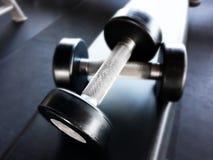 Гантели для фитнеса в спортзале Стоковое Изображение
