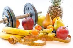 Гантели и сортированные плодоовощи и концепция потери веса образа жизни метра здоровая Стоковое Изображение