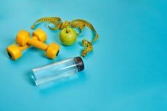 Гантели, сантиметр, зеленое яблоко, потеря веса, здоровая еда, здоровая концепция образа жизни Стоковые Фото