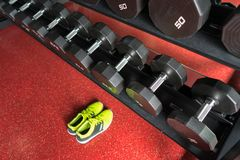 Гантели фитнеса с ботинками спорта в спортзале Стоковые Фотографии RF