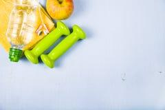 Гантели, яблоко, полотенце и бутылка воды Стоковое Изображение RF