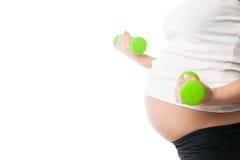 Гантели беременной девушки поднимаясь изолированные на белизне Стоковое Изображение RF