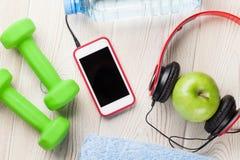 Гантели, вода, яблоко и smartphone Стоковая Фотография RF