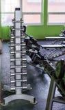 Гантели в современном спортклубе Тренажер веса Стоковое фото RF
