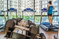 гантели в спортзале на спортклубе для тренировки и Bodybuildin Стоковое Фото