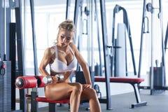 Гантели женщины поднимаясь на спортзале Стоковые Изображения RF