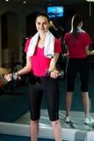 Гантели женщины пригодности поднимаясь Стоковое Фото